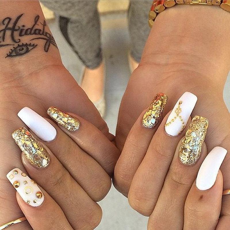 Алый оттенок на очень длинных ногтях выглядит вульгарно.
