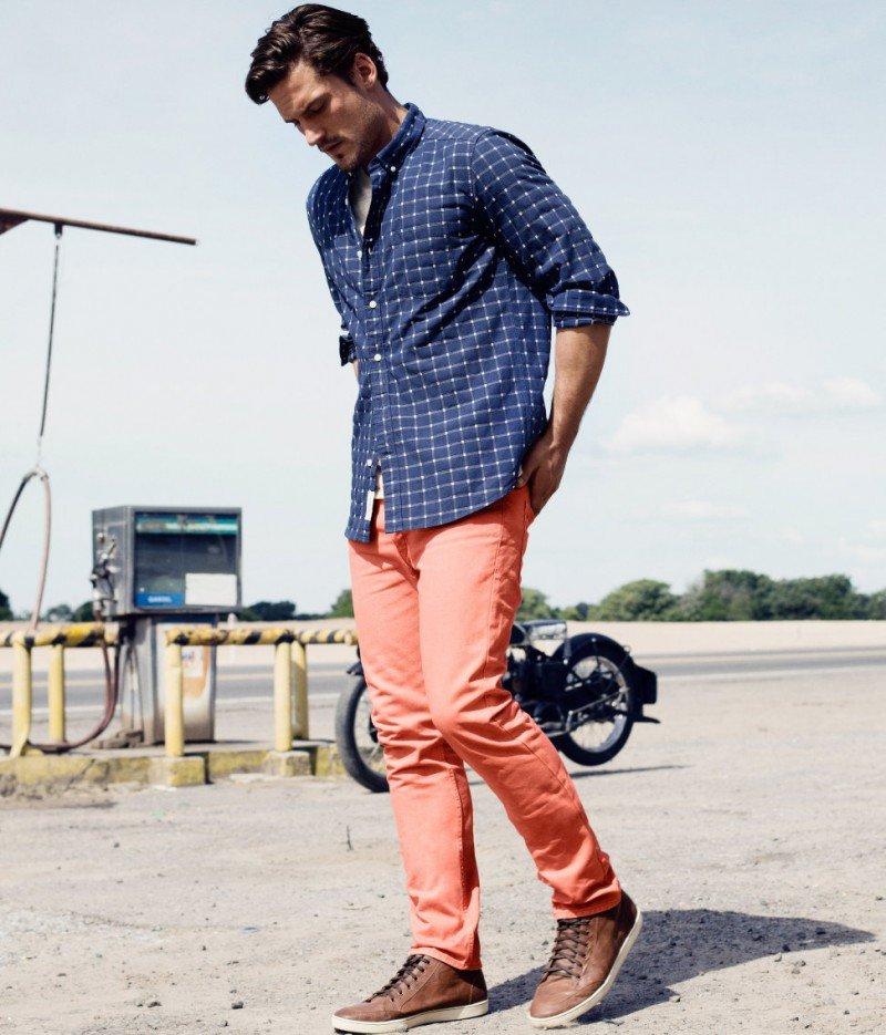 Синяя рубашка в клетку и кораллового цвета брюки.