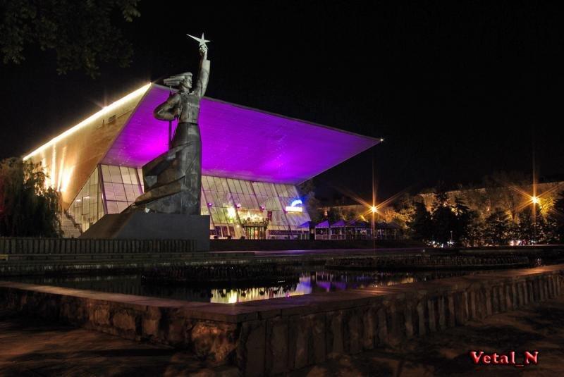 Кинотеатр Аврора ночью