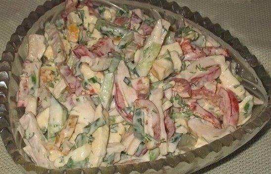 """Салат """"София"""" Ингредиенты: - 1 красный болгарский перец - 200 гр ветчины - 2 средних свежих огурчика - 150 гр копченого сыра (я брала «колбасный) - зелень, майонез Приготовление: Все ингредиенты порезать не мелкой соломкой, добавить рубленную зелень, майонез. Все хорошо перемешать. Украсить по желанию. Приятного аппетита!"""