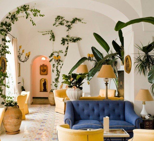 Именно вьющиеся растения выглядят эффектно как на затененном окне, так и практически в любом уголке помещения