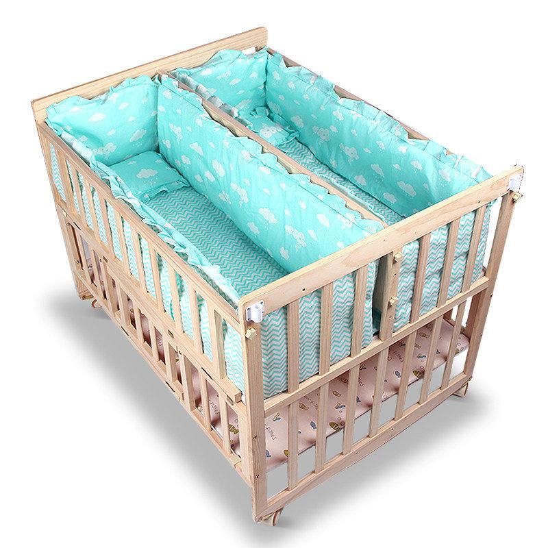 Если кроватку для него можно купить в любом магазине, ее внешний вид и функции почти не отличаются, то выбор спального места для близнецов или двойняшек — задача непростая.