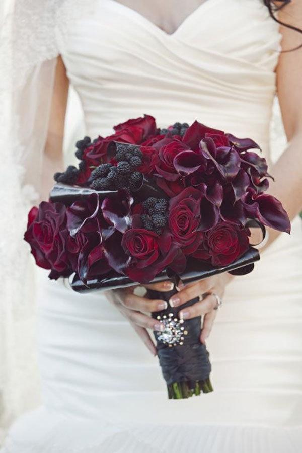 Букетом, темно бордового цвета букет невесты