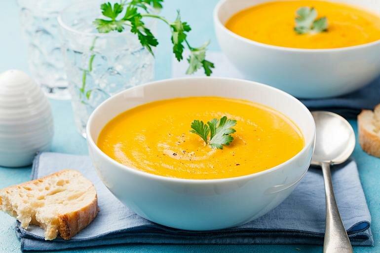 Легкий, ароматный и яркийсуп-пюре отлично подойдет в качестве первого блюда на обед. Используйте кисло-сладкие яблоки, которые придадут ему приятную сладость, и подавайте с поджаренным багетом или чем-то хрустящим!