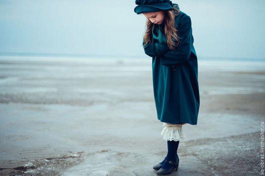 Милое пальто для девочки в викторианском стиле.