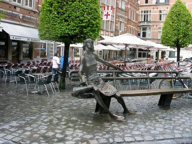 А на самой площади Ауде Маркт на кривой скамейке посиживает чудак с большой лейкой – может быть, это тоже один из рассеянных преподавателей, например, биологии?