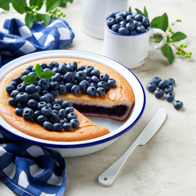 Готовим заливной пирог на сметане с черничной начинкой. Если ты будешь использовать замороженные ягоды, дай им оттаять и слей лишний сок.