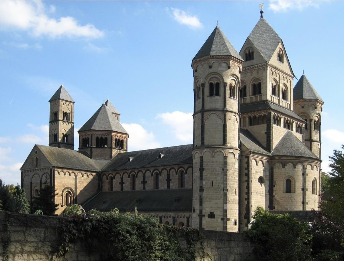 an introduction to the history of gothic and romanesque style architecture The basis of the gothic style introduction into it of religious ideasls  gothic architecture is an outgrowth of romanesque architecture and not an independent.