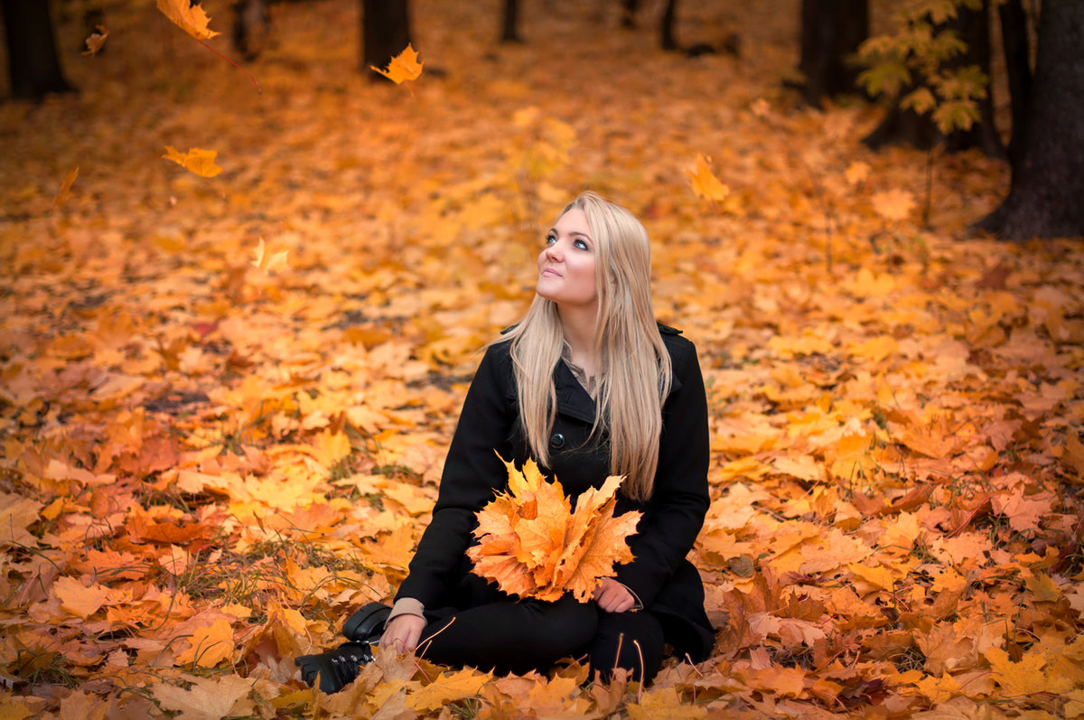 Богатство, картинки девушка осенью в листьях