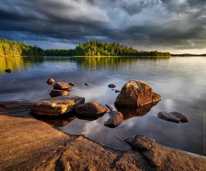 В Карелии удивительной красоты долгие закаты. Солнечный диск плавно опускается за линию горизонта, которая прячется за верхушками сосен и поверхностью озер.