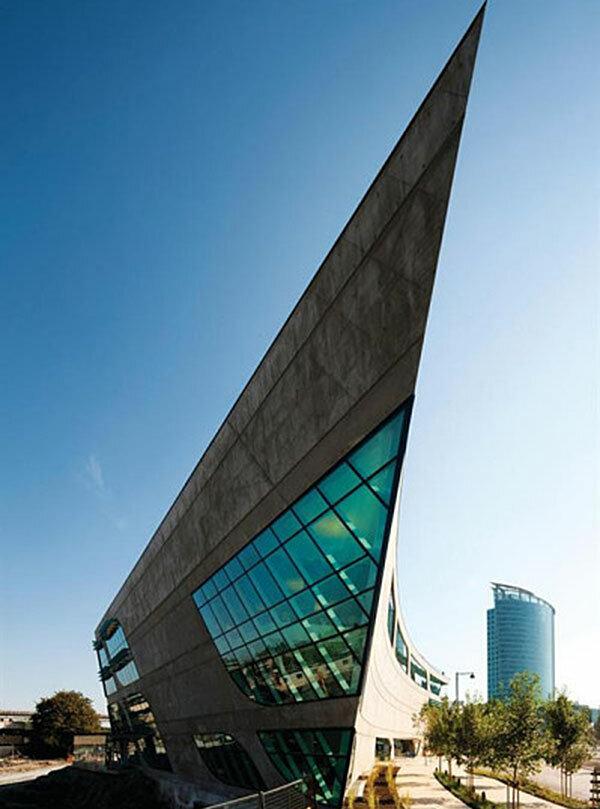 новое здание библиотеки в центре Суррея (Канада)