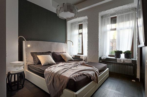 Спальня — а в ней сразу два окна — обставлена просто, но со вкусом.