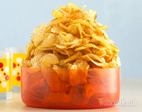 О вреде готовых чипсов знают все. Но каждый раз устоять перед покупкой сложно катастрофически. Может, пойти другим путем? Например, приготовить  домашние чипсы из полезных овощей по этому рецепту.