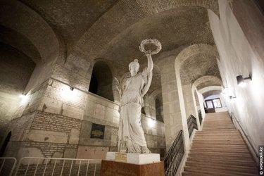 статуи в крипте