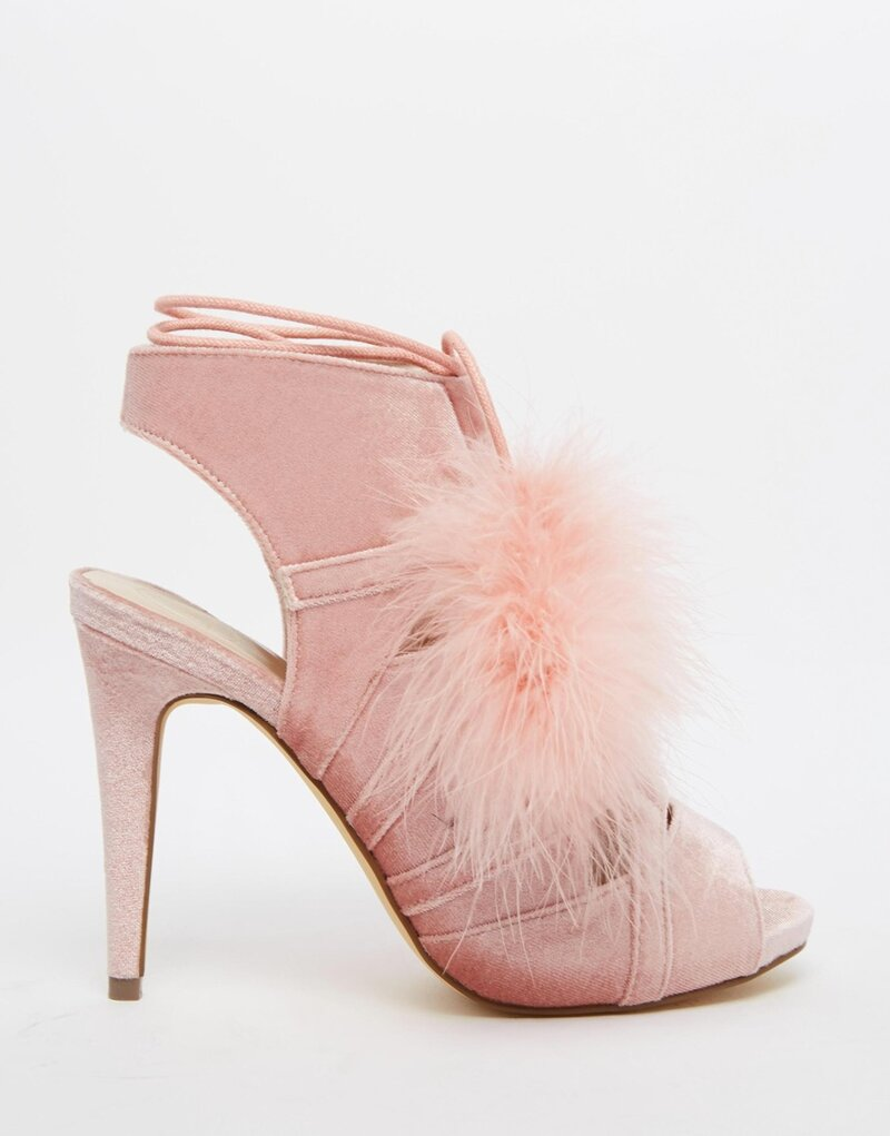Необычные женские туфли на каблуке со шнуровкой и помпонами