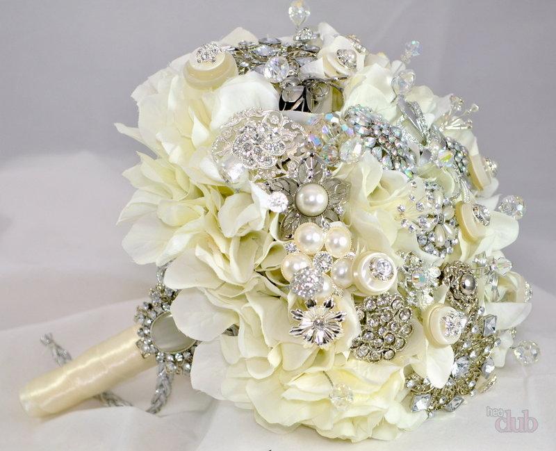 Белые розы с брошью в свадебном букете