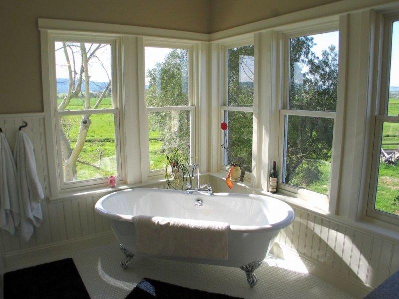 Ванная в стиле прованс в загородном доме с большими окнами.