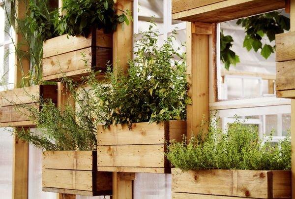 Использование деревянных ящиков для установке цветов на балк.