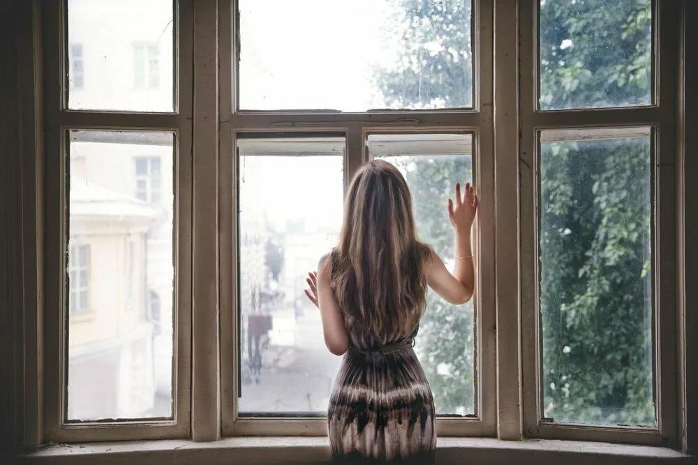 Картинка женщины у окна