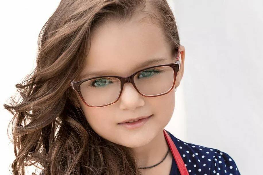 Картинка девочка в очках для зрения