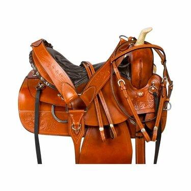 седло и сбруя на лошадь