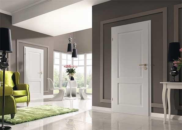 Сочетание темных и белых дверей