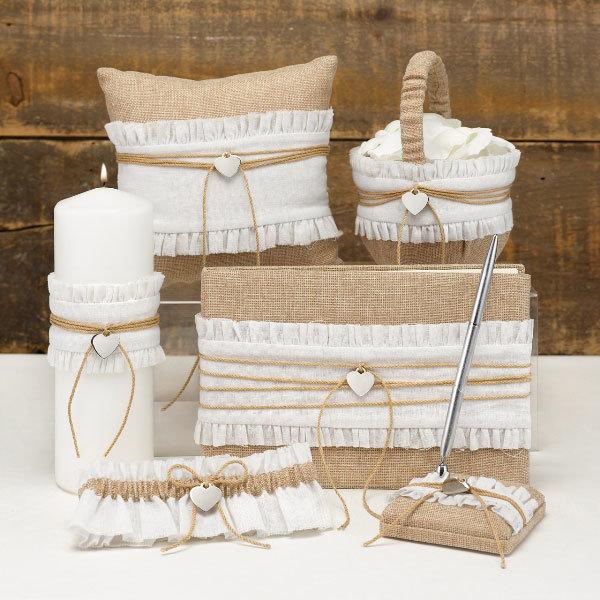 Походите по магазинам для рукоделия, там может найтись фактурная бумага, открытки, стилизованные под старину. При желании можно сделать приглашения на коре или срубе дерева, украсить открытку шишками, семенами, цветами и прочими природными материалами. Если вам по душе рукоделие, можно вышить приглашения на кусочке льняной ткани и поместить его в бумажный стилизованный конверт.