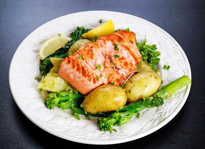 Приготовь запеченную в духовке молодую картошку с красной рыбкой и спаржей.