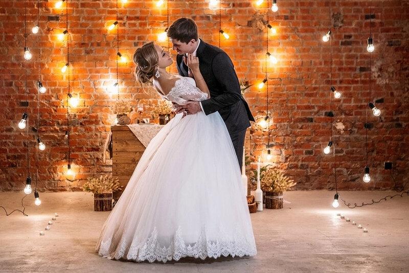 Свадебное платье со стразами и черный смокинг не будут гармонировать с лофтом. Невесте лучше остановить свой выбор на лаконичном, стильном, со сложным кроем и необычными деталями платье