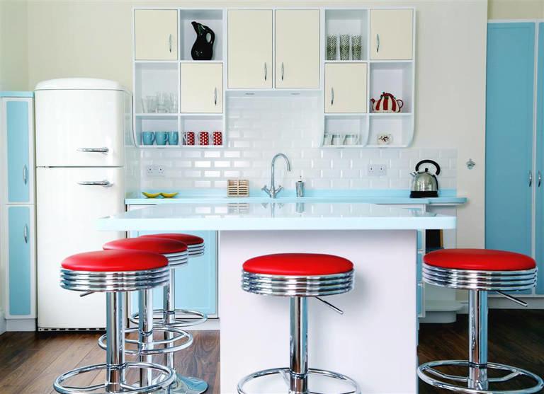 Остров - барная стойка на кухне в стиле ретро.