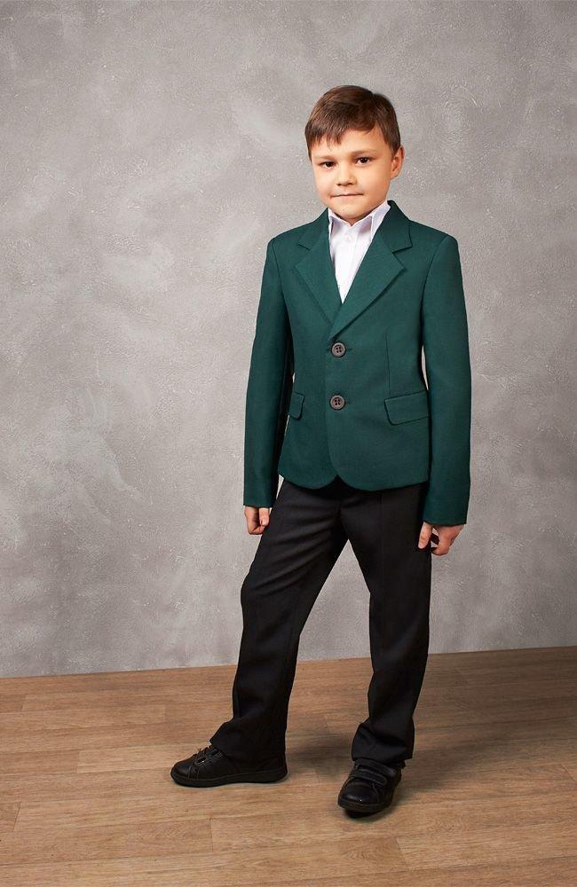 зеленый пиджак и черные брюки