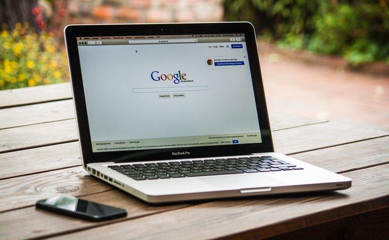 портативный компьютер MacBook удобство и сдержанность стиля.