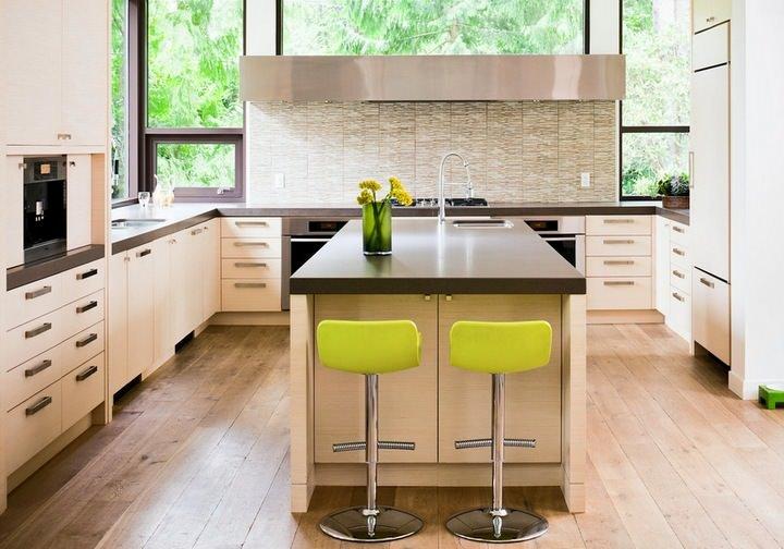 Салатовые стулья на светлой кухне