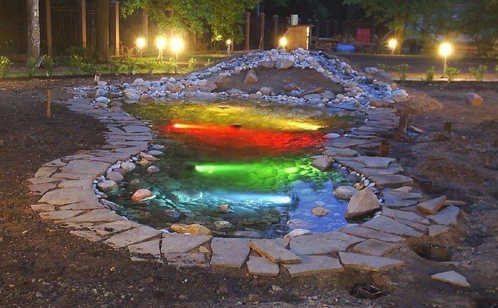 Плавающие светильники освещают поверхность пруда в тёмное время суток и придают Вашему саду неповторимый вид. Для подсветки используются десяти ватные галогенные лампочки в плафоне из небьющегося жаропрочного пластика устойчивые к температурным колебаниям или светильник