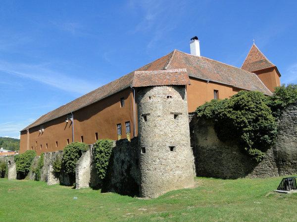 Город, который расположен у подножья Альп и отделяющий Венгрию от Австрии, Кёсег часто называют венгерскими Фермопилами. Здесь находится крепость, которая много веков назад сыграла важное значение в истории страны.