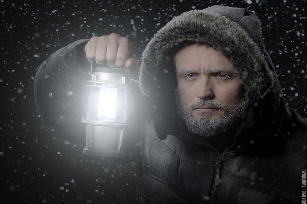 мужская зимняя фотосъемка готовит