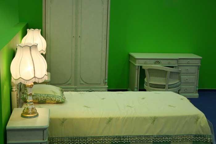 зеленая спальня с мебелью бледно-зеленого цвета