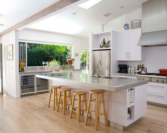 кухня с островом в интерьере в стиле минимализм с толстой в цвете серебра столешницей