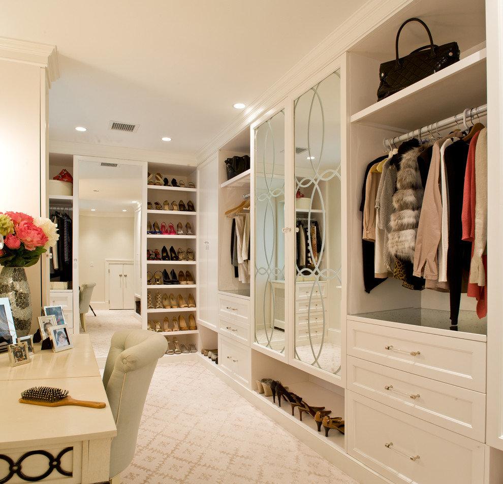 """Уютная светлая гардеробная комната с зеркальным шкафом."""" - к."""