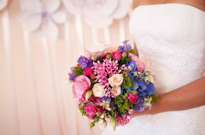 Яркий букет невесты.