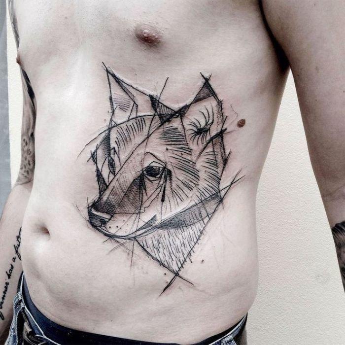 Изящная татуировка, похожая на небрежный карандашный набросок