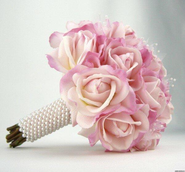 Цветы в руках невесты должны гармонировать по оттенку с убранством зала и свадебными аксессуарами.