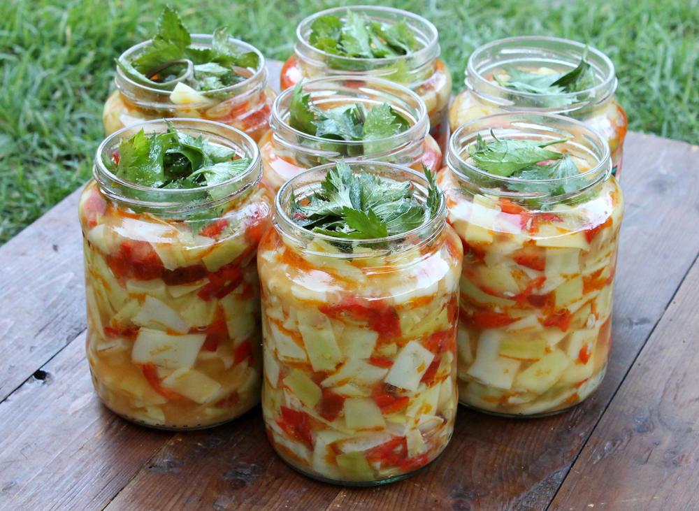 салат из кабачков капусты и помидор на зиму