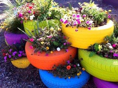 клумбы цветочные горки из колес