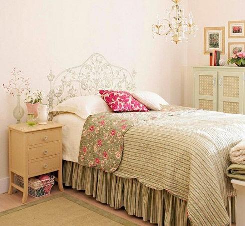Спальня в французском стиле с белой кованой кроватью