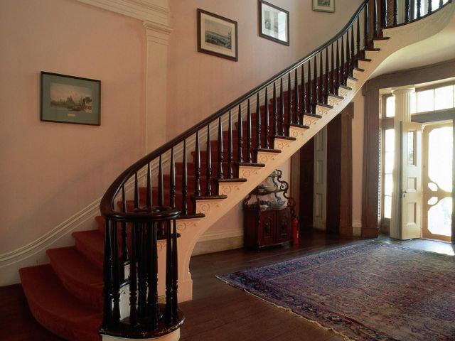 Конфигурация деревянных лестниц, ведущих на второй этаж. Выбор цвета деревянных лестниц на второй этаж. Варианты дизайна перил для деревянной лестницы на второй этаж. Фото лестниц в интерьере.