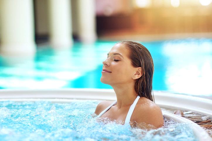 Красивые фото людей у бассейна