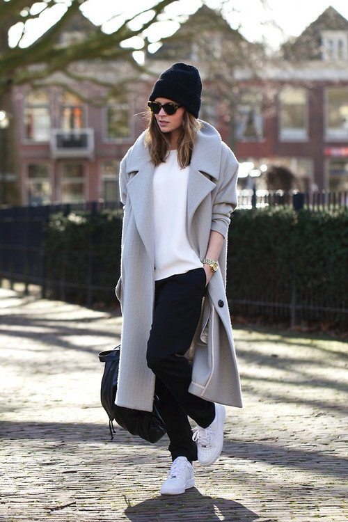 Пальто свободного кроя и шапка супер кэжуал.