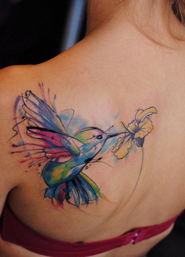татуировка колибри на спине
