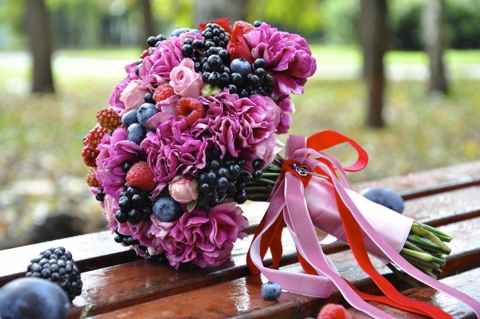 Смотреть Свадебный букет с ягодами видео